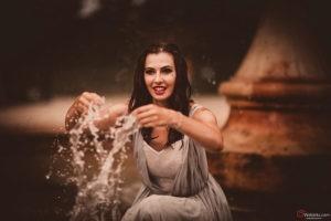Kobieta w fontannie - fotografia Moda, Glamour